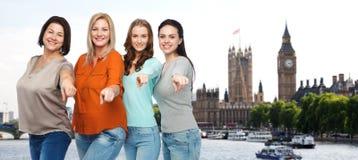 Groupe de différentes femmes heureuses dans la ville de Londres photographie stock