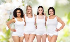 Groupe de différentes femmes heureuses dans les sous-vêtements blancs Photos libres de droits