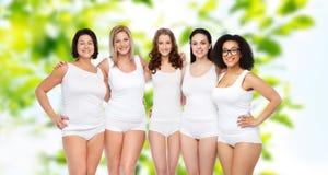 Groupe de différentes femmes heureuses dans les sous-vêtements blancs Images libres de droits