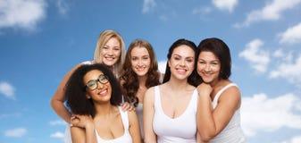 Groupe de différentes femmes heureuses dans les sous-vêtements blancs Photographie stock libre de droits