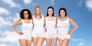 Groupe de différentes femmes heureuses dans les sous-vêtements blancs Photo libre de droits