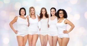 Groupe de différentes femmes heureuses dans les sous-vêtements blancs Images stock