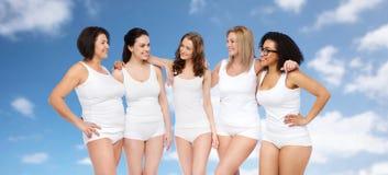 Groupe de différentes femmes heureuses dans les sous-vêtements blancs Image stock