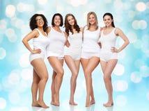 Groupe de différentes femmes heureuses dans les sous-vêtements blancs Image libre de droits