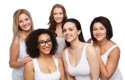 Groupe de différentes femmes heureuses dans les sous-vêtements blancs Photographie stock