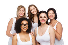 Groupe de différentes femmes heureuses dans les sous-vêtements blancs Photo stock