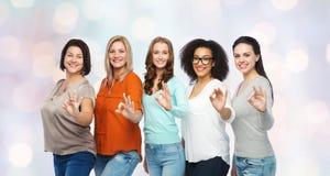 Groupe de différentes femmes heureuses de taille montrant correct Photo libre de droits