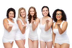Groupe de différentes femmes heureuses envoyant le baiser de coup Photos libres de droits