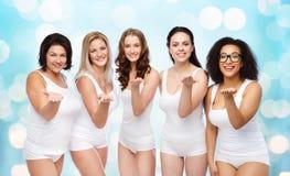 Groupe de différentes femmes heureuses envoyant le baiser de coup Images libres de droits