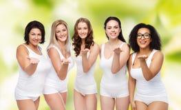 Groupe de différentes femmes heureuses envoyant le baiser de coup Photo stock