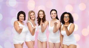 Groupe de différentes femmes heureuses envoyant le baiser de coup Image stock