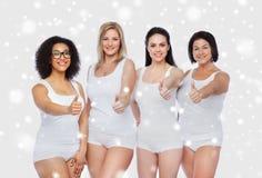 Groupe de différentes femmes heureuses montrant des pouces  Images libres de droits
