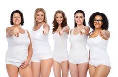 Groupe de différentes femmes heureuses se dirigeant sur vous Images libres de droits