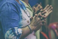 Groupe de différentes femmes priant ensemble lors de la réunion de prière images libres de droits