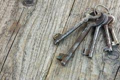 Groupe de différentes vieilles clés rouillées sur la table en bois foncée Photo libre de droits