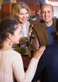 Groupe de différents amis d'âge ayant le dîner et le vin au restaur Photographie stock libre de droits