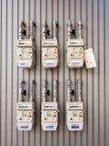 Groupe de différents compteurs à gaz naturels résidentiels sur le bâtiment photographie stock