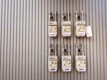 Groupe de différents compteurs à gaz naturels résidentiels sur le bâtiment Image libre de droits