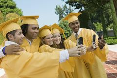 Groupe de diplômés prenant l'autoportrait Photo stock
