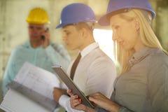 Groupe de directeurs professionnels de construction images libres de droits