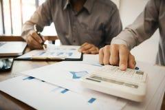 Groupe de document et de calcul de données d'analyse de cadres commerciaux au sujet de l'impôt d'honoraires à un bureau photos stock