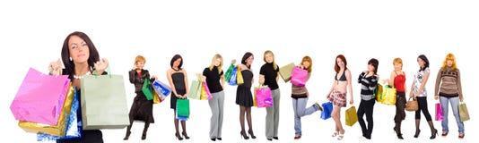 Groupe de douze filles d'achats avec heureux et réel Photographie stock libre de droits