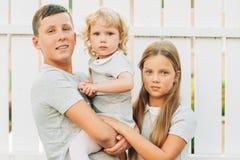 Groupe de 3 enfants heureux images libres de droits