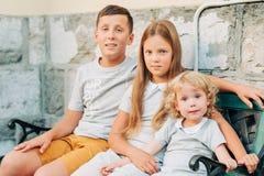 Groupe de 3 enfants heureux photos stock