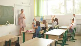 Groupe de enseignement de professeur féminin d'adolescents dans la leçon de lycée banque de vidéos