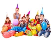 Groupe de fête d'anniversaire de de l'adolescence avec le clown. Photos stock