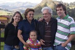 Groupe de famille étendu à l'extérieur Images stock