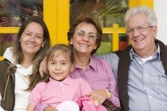 Groupe de famille étendu à l'extérieur Photographie stock libre de droits