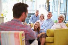 Groupe de famille étendu à la maison détendant dans le salon Images stock
