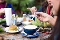 Groupe de famille ayant la nourriture avec du café et le sucre roux Image libre de droits