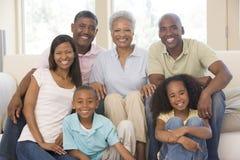 Groupe de famille de trois rétablissements à la maison Image libre de droits