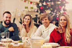 Groupe de famille et d'amis célébrant le dîner de Noël Photo libre de droits