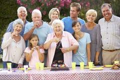 Groupe de famille nombreuse célébrant l'anniversaire dehors images stock