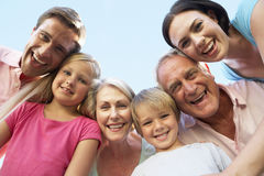 Groupe de famille étendu regardant vers le bas dans l'appareil-photo Photo libre de droits