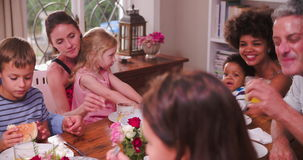 Groupe de familles ayant le repas à la maison ensemble clips vidéos