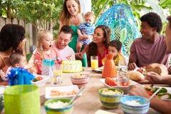 Groupe de familles célébrant l'anniversaire de l'enfant à la maison Photographie stock