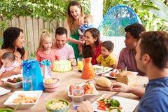 Groupe de familles célébrant l'anniversaire de l'enfant à la maison Photo libre de droits