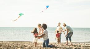 Groupe de familles heureuses avec le parent et les enfants jouant avec le ki image stock