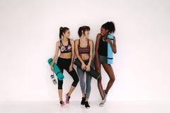 Groupe de femelle après séance d'entraînement de yoga Image stock