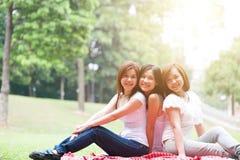 Groupe de femelles asiatiques extérieures Photographie stock