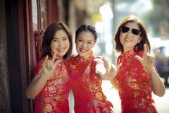 Groupe de femme asiatique portant l'émotion de bonheur de visage de vêtements chinois de tradition et le signe de sourire toothy  images libres de droits