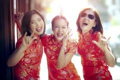 Groupe de femme asiatique portant l'émotion de bonheur de visage de vêtements chinois de tradition et le signe de sourire toothy  photographie stock libre de droits