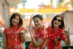 Groupe de femme asiatique portant l'émotion de bonheur de visage de vêtements chinois de tradition et le signe de sourire toothy  photographie stock
