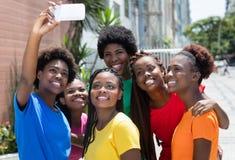 Groupe de femme d'afro-américain prenant le selfie Image stock