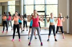 Groupe de femmes avec des barbells dans le gymnase Photographie stock libre de droits