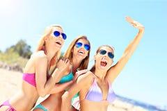 Groupe de femmes ayant l'amusement sur la plage Photographie stock